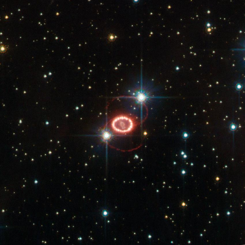 Dıştaki iki halkada görülen bu iki yıldızın SN1987A ile bir ilgisi yoktur. Sadece bakış doğrultusuna denk gelen iki yıldızdır.