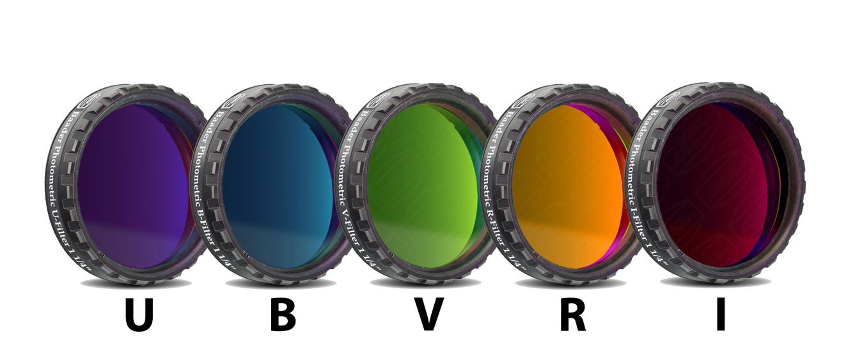 Bilimsel çalışmalarda kullanılan UBVRI filtreleri. Aslında tam olarak buradaki gibi renge sahip değiller. Özellikle U(moröte) aralığını temsil ettiği için bizim gözümüzle neredeyse simsiyah görünüyor