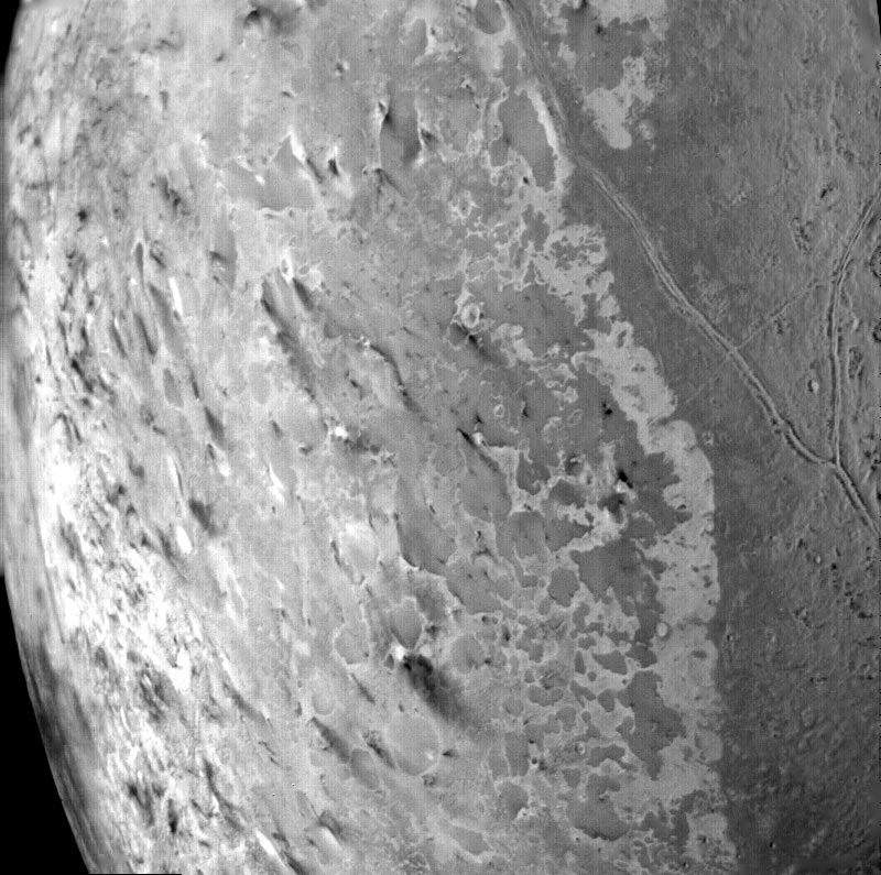 Triton'un yüzeyinden yakın plan başka bir görüntü