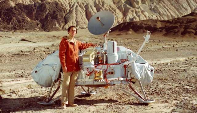 Efsanevi kozmolog Carl Sagan, yeryüzünde testleri yapılan Viking 1 aracının prototiplerinden birinin önünde.