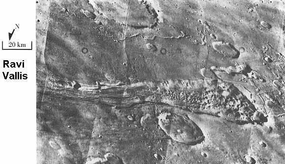 Viking 1 yörünge aracı tarafından çekilen, Mars'taki eski su akışlarını veya nehir yataklarını gösteren fotoğraflardan biri.