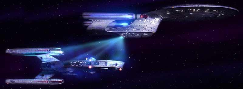 """Çekici ışınlar, aslen bir Star Wars değil Star Trek (Uzay Yolu) teknolojisidir. Bu görselde, kaptan Picard'ın gemisi Atılgan, Picard'ın gençliğinde ilk kez kaptanlık yaptığı eski ve hurdaya çıkmış gemiyi """"atış talimi"""" yapmak üzere uygun bir alana çekiyor."""