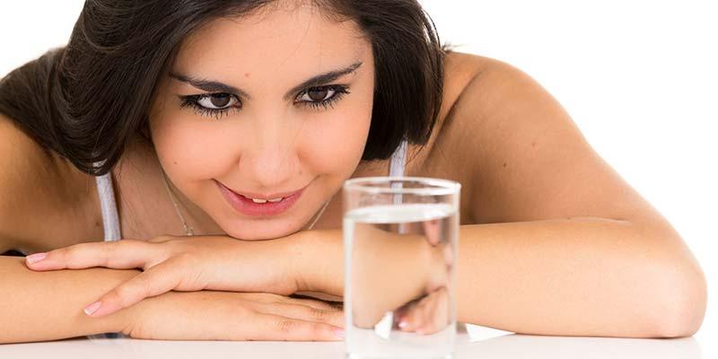 Sıvı su, Dünya benzeri bir hayat için olmazsa olmaz bir zorunluluktur. Ancak, canlılık su yerine başka sıvılar da kullanabilir.