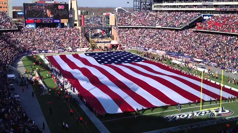 """Son 30-40 yılda ülkemizde de yaygınlaşan """"en büyük boyutlu bayrak"""" çılgınlığı da bize tahmin edeceğiniz gibi ABD kültüründen geçmiştir. Tipik bir Amerikalı için, evinde komşusundan daha büyük bir ABD bayrağı bulundurmak övünç kaynağıdır."""