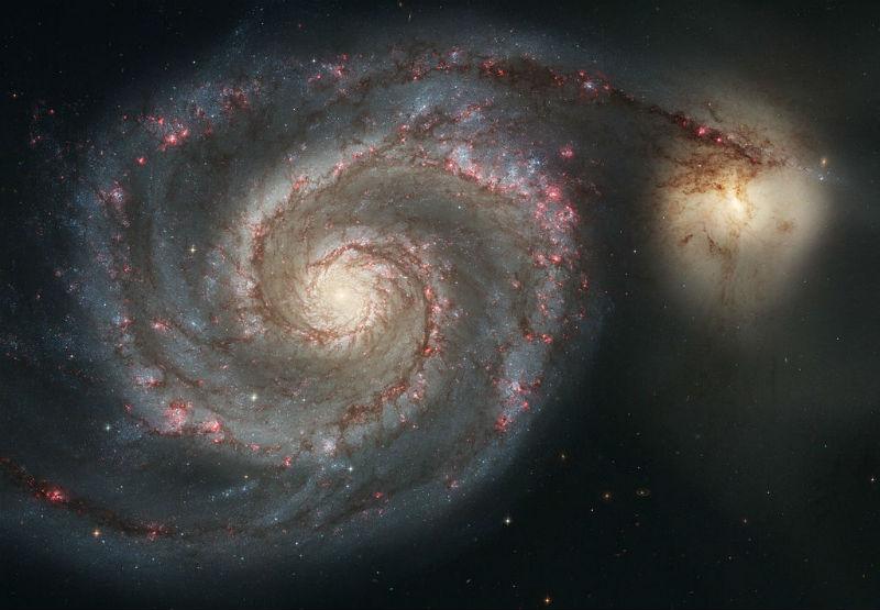 Av Köpekleri Takımyıldızı yönünde, bizden 23 milyon ışık yılı uzaklıkta bulunan M51 (Girdap) Gökadası.