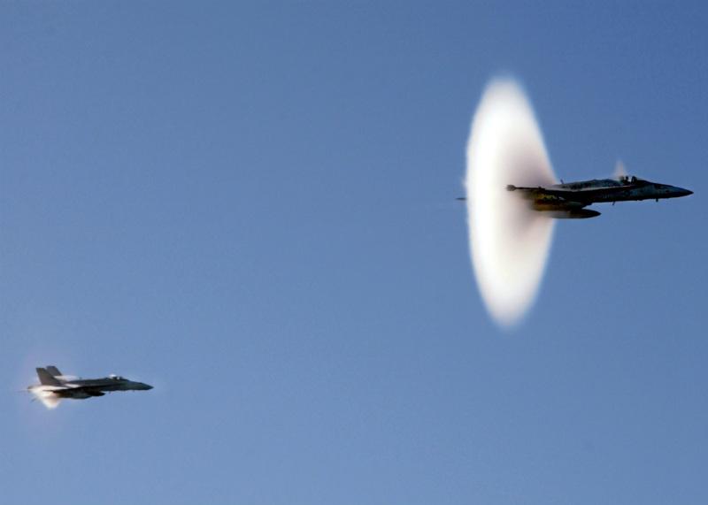 """Ses duvarını aşan """"süpersonik"""" bir jet."""