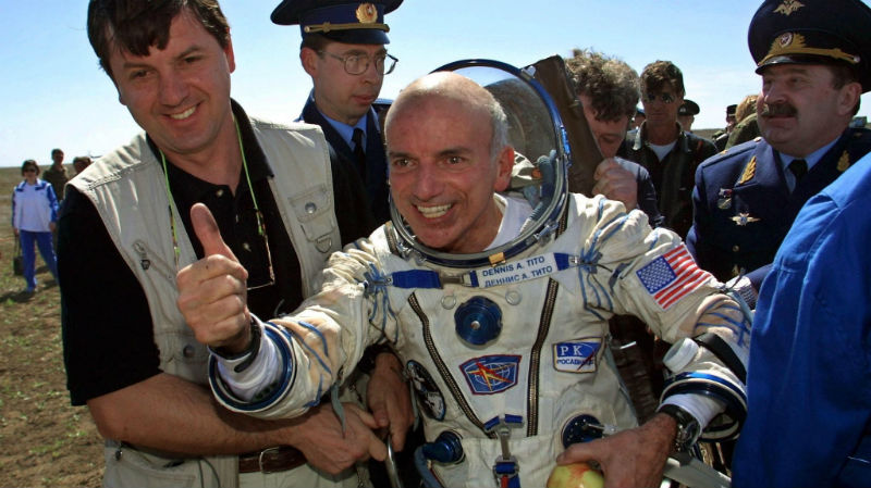 İlk uzay turisti Dennis Anthony Tito'nun 6 Mayıs 2001 tarihinde uzay seyahati sonrası çekilmiş bir fotoğrafı
