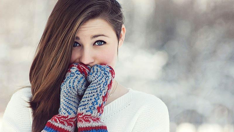 Neden ellerimiz önce üşümeye başlar? Ya da başka biçimde soralım, neden kışın bir kadın mini etekle dolaşabiliyorken, kulaklarını sıkıca kapatan kıyafetler giyer?